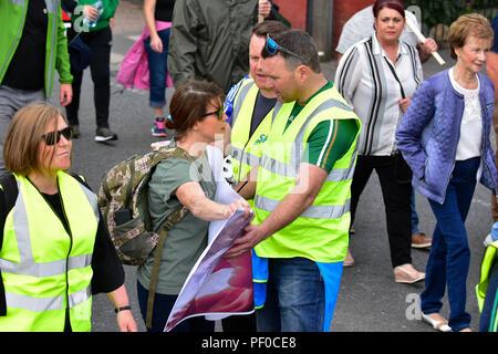 Condado de Tyrone, Reino Unido. 18 de agosto de 2018. El Sinn Féin Partido marcha de conmemoración de los derechos civiles en 50 años desde el primero de marzo desde Coalisland a Dungannon, mientras que un contador de Pro Vida y marzo tiene lugar de protesta contra la política del Sinn Féin en apoyo del aborto. Coalisland: Condado de Tyrone: REINO UNIDO: 18 de agosto de crédito: Mark Invierno/Alamy Live News Foto de stock