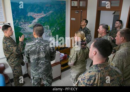 Marines estadounidenses con fuego naval de Aire 5ª Compañía de enlace, Royal Marines de Nueva Zelandia con 161 Batallón de Artillería, y la República de Corea Marines, discutir los planes de maniobra para la gama fuego sobre Sunsungri Gama, Corea del Sur, el 26 de febrero de 2016. Ejercicio Ssang Yong 2016 es un ejercicio militar bienal se centró en el fortalecimiento de las capacidades de aterrizaje anfibio de la República de Corea, los Estados Unidos, Nueva Zelandia y Australia. (Ee.Uu. Marine Corps photo by MCIPAC Cpl de la Cámara de combate. Allison Lotz/liberado)