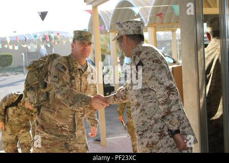 Gral. Gen. Paul C. Hurley Jr., 1st logística comando (Teatro) comandante, es saludado por las fuerzas armadas de Kuwait Suboficial Sallah Alayyan Alenzi antes de la ceremonia de apertura de la III Kazma Theatre de intercambio de cooperación militar con Kuwait 15-18 de febrero en el Kuwait de las Fuerzas Armadas, el Centro de Operaciones Logísticas Sabhan, Kuwait. (Foto por el sargento. 1St Class Duane Brown, primera TSC los asuntos públicos)