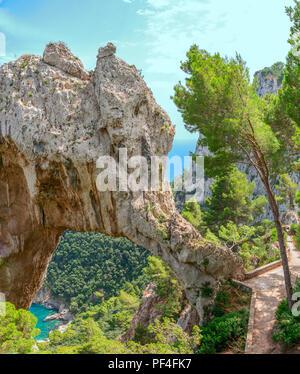 El Arco Naturale (Arco Natural) en la isla de Capri, Italia, visto desde la cercana área de visualización.