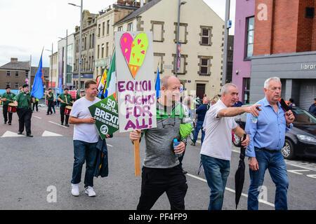 Condado de Tyrone, Reino Unido. 18 de agosto de 2018. El Sinn Féin Partido marcha de conmemoración de los derechos civiles en 50 años desde el primero de marzo desde Coalisland a Dungannon, mientras que un contador de Pro Vida y marzo tiene lugar de protesta contra la política del Sinn Féin en apoyo del aborto. Coalisland: Condado de Tyrone: REINO UNIDO: 18 de agosto de 2018 Credit: Mark Invierno/Alamy Live News Foto de stock