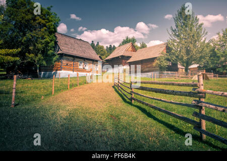 Antigua casa de madera tradicional, ubicado en el museo al aire libre (skanzen) Stara Lubovna, Eslovaquia