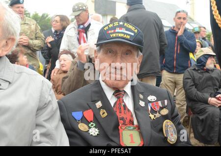 Charles Norman Shay, un anciano tribal Penobscot y veterano de la Segunda Guerra Mundial, se encuentra en la audiencia antes de una ceremonia en su honor en el Charles Shay Memorial, Saint-Laurent-sur-Mer, Normandía, Francia, el 5 de junio. Shay ganó una Estrella de Plata por acciones heroicas como enfermero de combate durante la oleada inicial de los desembarcos del Día-D el 6 de junio de 1944. Sirvió con el Regimiento de Infantería 16, 1ª División de Infantería. (Sgt. Michael C. Roach, 19º destacamento de Asuntos Públicos) Foto de stock