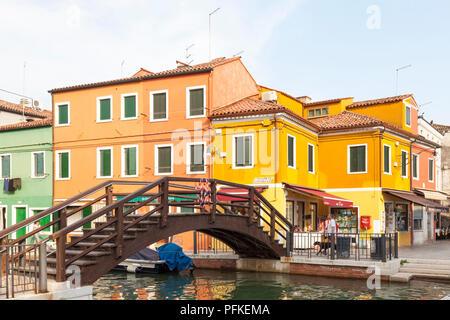 Atardecer en el pintoresco pueblo de pescadores en la isla de Burano, Venecia, Véneto, Italia