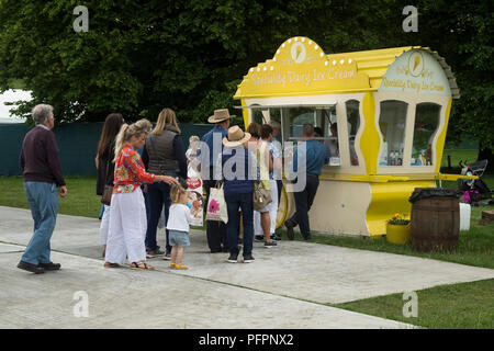 Las personas viejas y jóvenes, haciendo cola para helados de especialidad en vintage estilo cabaña de catering móvil - RHS Chatsworth Flower Show, Derbyshire, Inglaterra, Reino Unido. Foto de stock