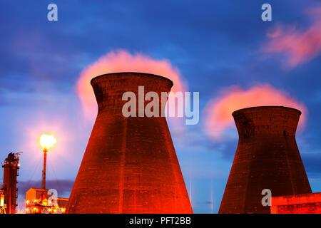 La quema de gases residuales off back lights Ineos el vapor de la refinería de petróleo en Grangemouth en el Firth of Forth, Escocia, Reino Unido. Es sólo el aceite refin Scotlands