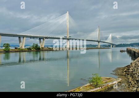 Nuevo puente Forth Road o Queensferry cruzando el puente en las primeras horas de la mañana el sol con reflejos Foto de stock