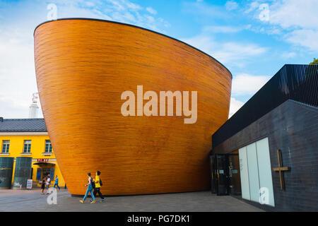 La arquitectura de Helsinki, Finlandia, la vista de la capilla Kamppi (Capilla de silencio) en Narinkkatori en el centro de la ciudad de Helsinki, Finlandia. Foto de stock