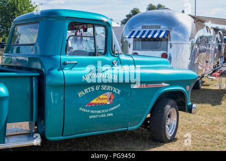 Vintage Chevrolet 3100 Pickup con una caravana airstream en vintage retro festival. UK