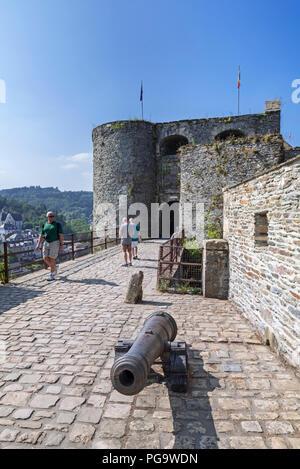 Viejo cañón en la puerta de entrada del castillo medieval Castillo de Bouillon, provincia de Luxemburgo, Ardenas belgas, Bélgica