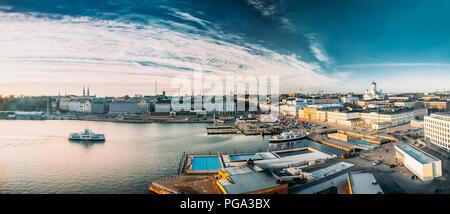 Helsinki, Finlandia. Vista aérea panorámica de la plaza del mercado, en la calle, con el Palacio Presidencial y la Catedral de Helsinki. Foto de stock