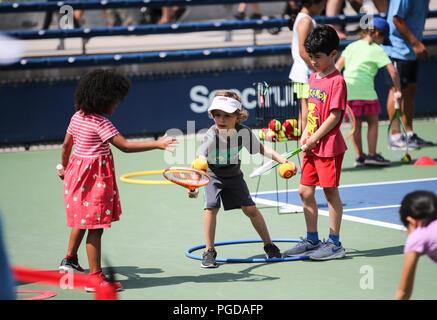Nueva York, Estados Unidos. 25 Aug, 2018. Los niños juegan juegos de tenis en el Arthur Ashe Kids' Día del Open de Estados Unidos en Nueva York, Estados Unidos, el 25 de agosto, 2018. Crédito: Wang Ying/Xinhua/Alamy Live News