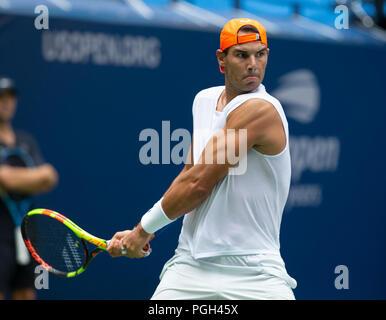 Nueva York, Estados Unidos. 25 Aug, 2018. Prácticas de Rafael Nadal en el US Open de tenis Campeonato en USTA Billie Jean King National Tennis Center Crédito: Lev Radin/Pacific Press/Alamy Live News