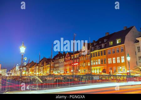 Noche en el horizonte de la ciudad de Copenhague puerto Nyhavn, Copenhague, Dinamarca