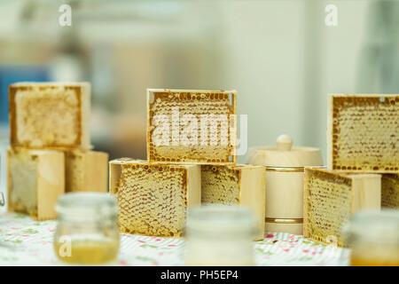 Los tarros de miel, la miel en panales, producción de miel. Granja Gastronómica contador de mercado, escenario real