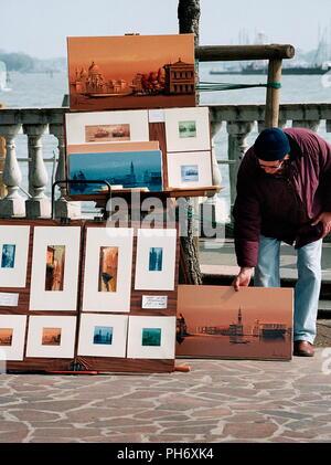 AJAXNETPHOTO. Venecia, Italia - Impresiones de recuerdos y pinturas en venta cerca de la orilla. Foto:Jonathan EASTLAND/AJAX Ref:51011 3831A4288