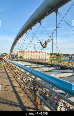 Cracovia, Polonia - Agosto 12, 2018: hermoso nuevo puente sobre el río Vístula, en Cracovia, Polonia. Foto de stock