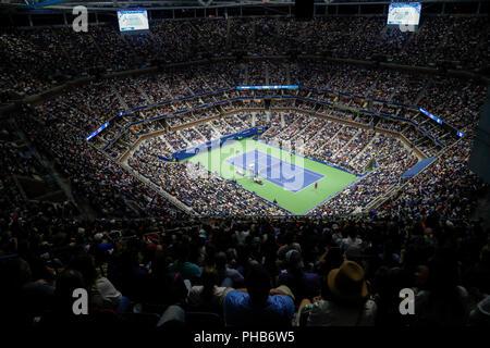 Nueva York, Estados Unidos. 31 Aug, 2018. La gente mira Serena Williams de Estados Unidos, jugando contra Venus Williams durante los singles femeninos tercera ronda coincidir durante el 2018 US Open en el Arthur Ashe Stadium de Nueva York, Estados Unidos, el 31 de agosto, 2018. Serena Williams ganó 2-0. Crédito: Li Muzi/Xinhua/Alamy Live News