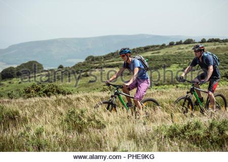Par el ciclismo de montaña en la colina de Porlock Weir, Inglaterra