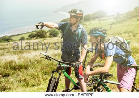Par llevar cascos de bicicleta en la colina de Porlock Weir, Inglaterra