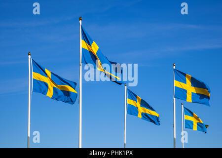 Banderas suecas en el día nacional contra un cielo azul