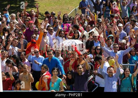 Templo Hare Krishna, Watford, Reino Unido. 2Nd Sep, 2018. Miles de fieles en los calurosos días de cola para aarti en el Bhaktivedanta Manor, el templo Hare Krishna en Watford para el festival de Janmashtami Crédito: Dinendra Haria/Alamy Live News