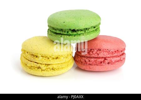 Coloridos macarons aislado sobre fondo blanco closeup