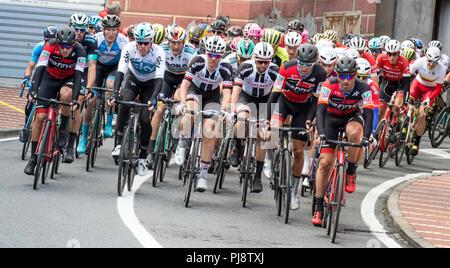 Imperia, IM, Liguria, Italia - 17 de marzo de 2018: una importante carrera de ciclismo en un pequeño pueblo en Italia en el mes de marzo. El nombre de la competencia es Milano-Sanre