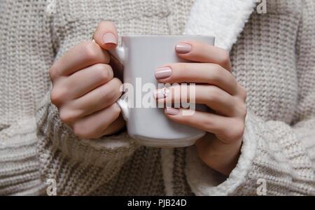 Manos Femeninas Con Las Uñas De Color Beige Amarillo La