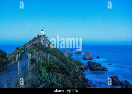 Faro famoso Nugget Point en la costa de Catlins salvajes en Nueva Zelanda, Isla del Sur, el Océano Pacífico