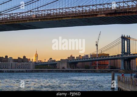 Los puentes de la ciudad de Nueva York, Manhattan Bridge ver y el puente de Brooklyn en la parte delantera, el Edificio Empire State en la distancia, la luz del atardecer, NY ESTADOS UNIDOS