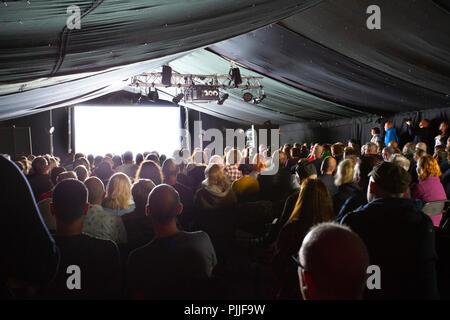 Portmeirion, Gales del Norte, el 7 de septiembre de 2018: Festival nº 6 es multi-premiada la música, las artes y la cultura festival que tiene lugar en el bello cuento de hadas de Portmeirion, Norte de Gales, el hogar del culto show de TV El prisionero. Sky Arts preestreno de la nueva película de orden décadas con un recinto abarrotado en la caseta de vigilancia, Festival número 6