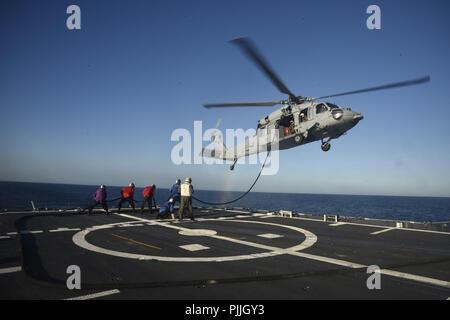 Océano Atlántico. 7 Sep, 2018. Océano Atlántico (Ago. 29, 2018) Los marineros a prepararse para un procedimiento de reabastecimiento en vuelo sobre la cubierta de vuelo a bordo del crucero de misiles guiados USS Vella Gulf (CG 72). Vella Gulf está actualmente realizando las pruebas de mar en el Océano Atlántico. (Ee.Uu. Navy Photo by Mass Communication Specialist 3ª clase James Norket/liberado) 180829-n-ox360-068 US Navy via globallookpress.com crédito: US Navy/Federación de mirar/Zuma alambre/Alamy Live News