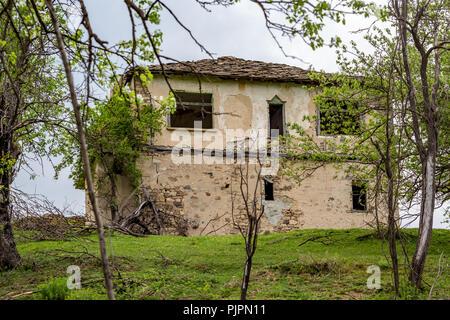 Casa de piedra en ruinas y abandonada en los montes de Ródope, Bulgaria, cerca de la carretera a El famoso puente de diablo Foto de stock