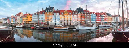 Al amanecer, Nyhavn en Copenhague, Dinamarca.
