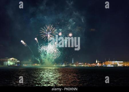 Fuegos artificiales sobre el río Neva durante la noche. Fortaleza de San Pedro y san Pablo. San Petersburgo, Rusia