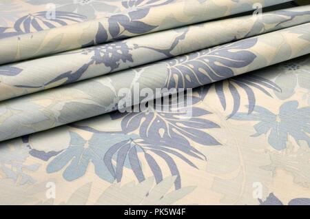 Tejido de algodón con elastano, estirar estirar, en gran ornamentación floral de color azul beige Foto de stock