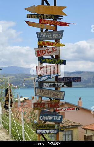 Tall inusual cartel turístico de madera en Egirdir mostrando diferentes lugares de interés en la zona de Turquía