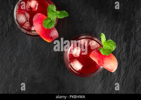 Fotografía aérea de rojo vibrante tragos con menta sobre negro