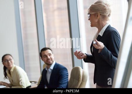 Líder de equipo exitosa empresaria boss presente nuevo proyecto Foto de stock