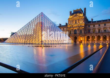 París, Francia - 13 de mayo de 2014: El Museo del Louvre en la noche histórica de la ciudad de París, Francia.