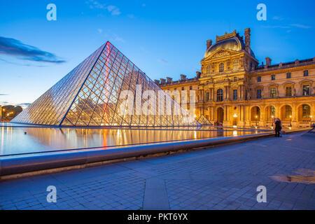 París, Francia - 13 de mayo de 2014: Pirámide de vidrio con vista del Museo del Louvre por la noche en París.