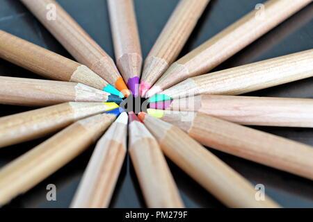 Círculo de colores lápices de madera