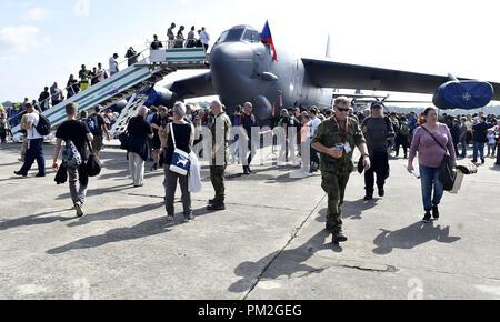 Inspeccione la gente estadounidense bombardero estratégico B-52 Stratofortress durante los días de la OTAN y de la Fuerza Aérea Checa días al aeropuerto Mosnov Ostrava, República Checa, 15 de septiembre de 2018. (CTK Foto/Jaroslav Ozana)