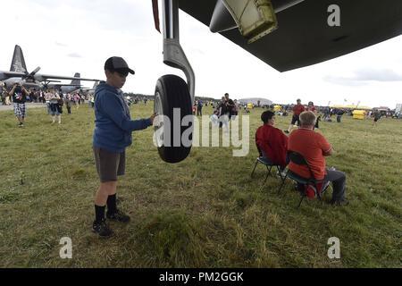 Un muchacho inspeccionar una rueda de Estados Unidos bombarderos estratégicos B-52 Stratofortress durante los días de la OTAN y de la Fuerza Aérea Checa días al aeropuerto Mosnov Ostrava, República Checa, 15 de septiembre de 2018. (CTK Foto/Jaroslav Ozana)