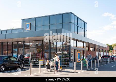 Supermercado ALDI, Gogmore Lane, Chertsey, Surrey, Inglaterra, Reino Unido Foto de stock