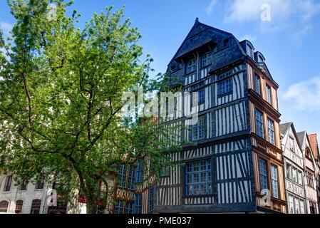 Rouen (Normandía, norte de Francia): calle peatonal y la fachada de casas con entramados de madera en el centro de la ciudad (no disponible para la producción de postales)