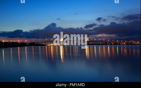 Dos puentes de Mactán con reflejos en el agua, disparar, noche larga exponer