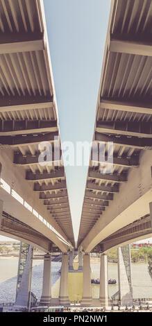 Vista bajo el nuevo puente moderno. Autopista que conduce al otro lado del río