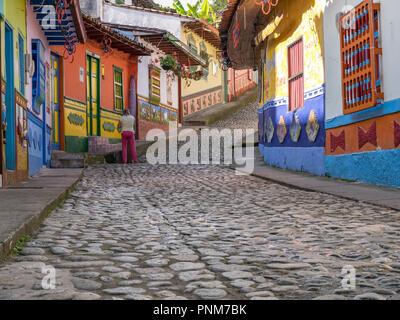 Coloridas casas de decoración en aldea Guatape, Colombia